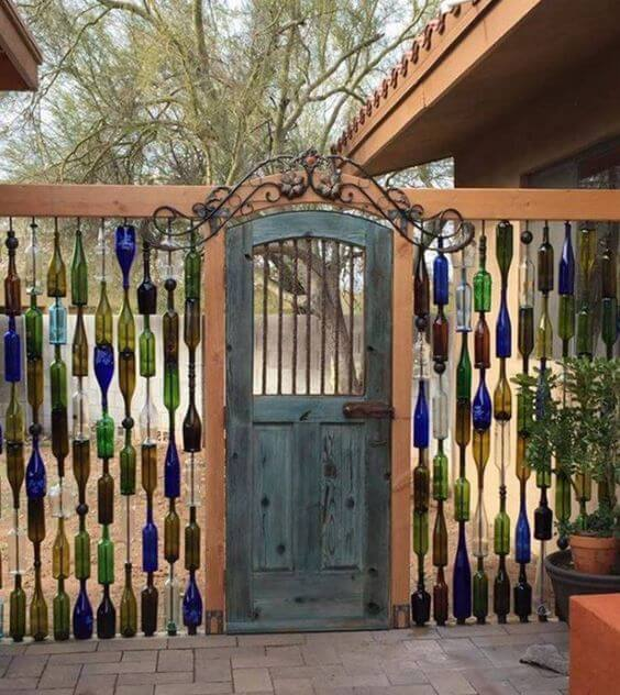 Utilize a técnica de artesanato com garrafa de vidro cortada e crie uma parede separando os ambientes