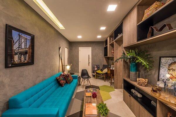 Sofá turquesa e estante de madeira
