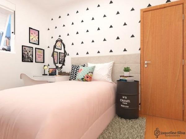 Tambor metálico como mesa de cabeceira complementa a decoração do quarto simples