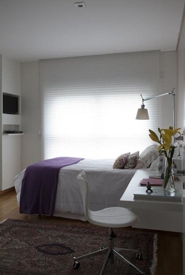 Tapete estampado compõem a decoração de quarto simples