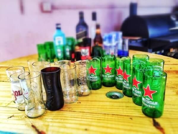 Transforme garrafas de vidro em copos com a técnica de artesanato com garrafa de vidro cortada