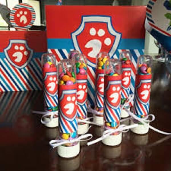 Tubetes com confetes para a criançada
