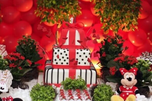Invista em flores na decoração de festa da Minnie