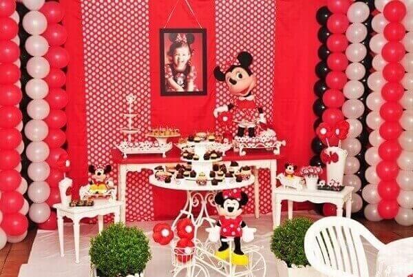 Painel fotográfico da aniversariante na mesa da bolo