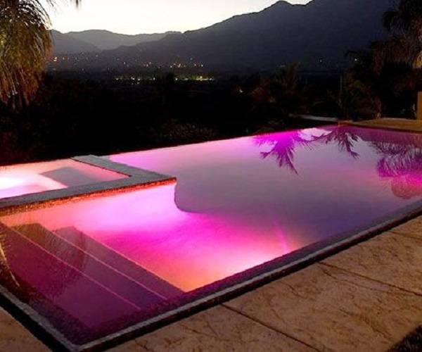 Uso de refletores coloridos de LED na piscina com borda infinita