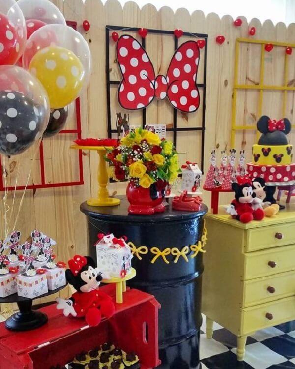 Utilize caixote e criado-mudo para decorar a mesa do bolo