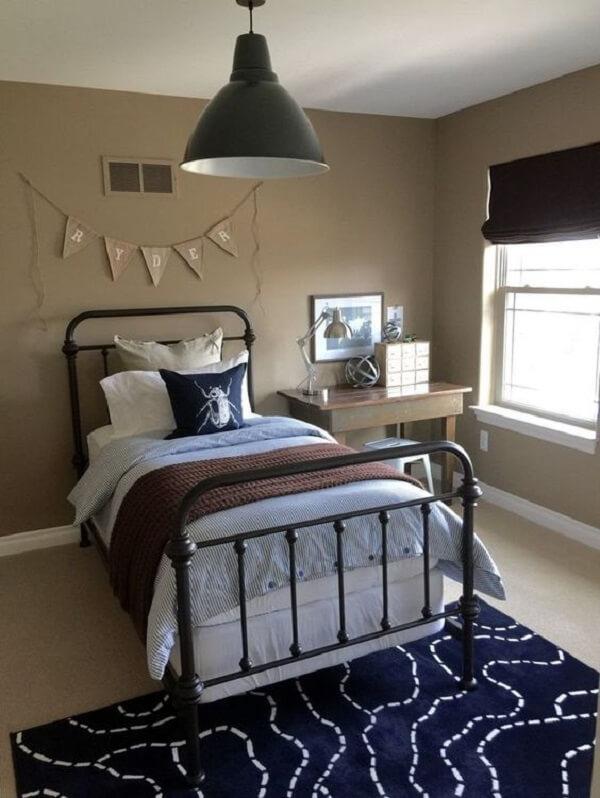 Utilize bandeirinhas na decoração de quarto simples