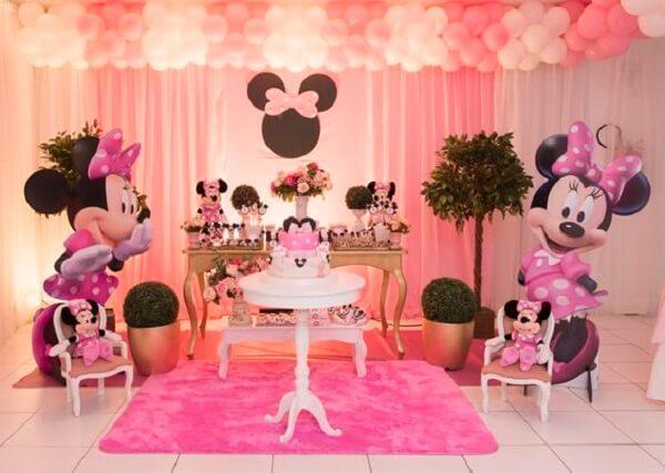 Utilize esculturas em papel da Minnie para complementar a decoração