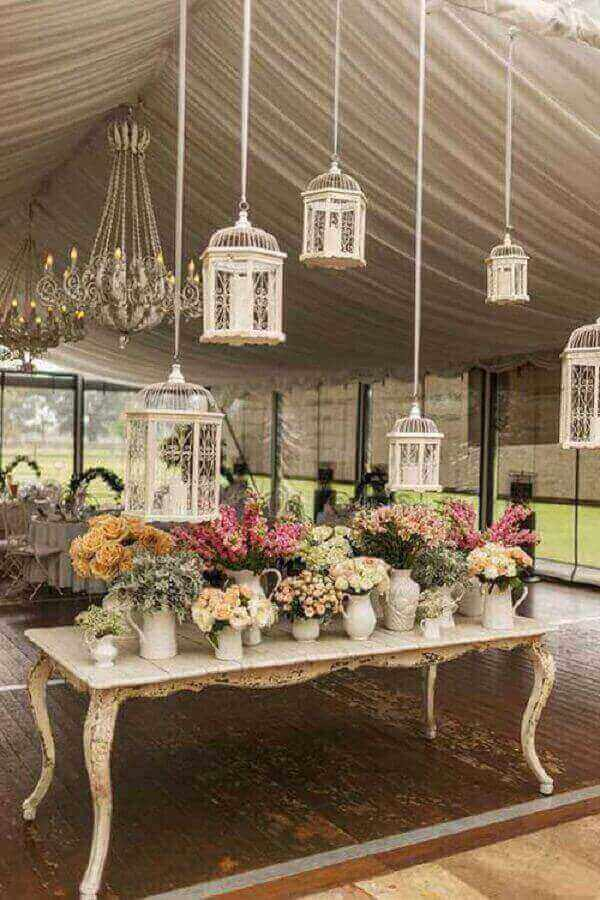Utilize gaiolas suspensas na decoração vintage casamento