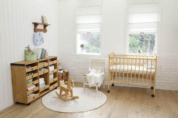 Utilize móveis de madeira na decoração de quarto de bebê simples e barato