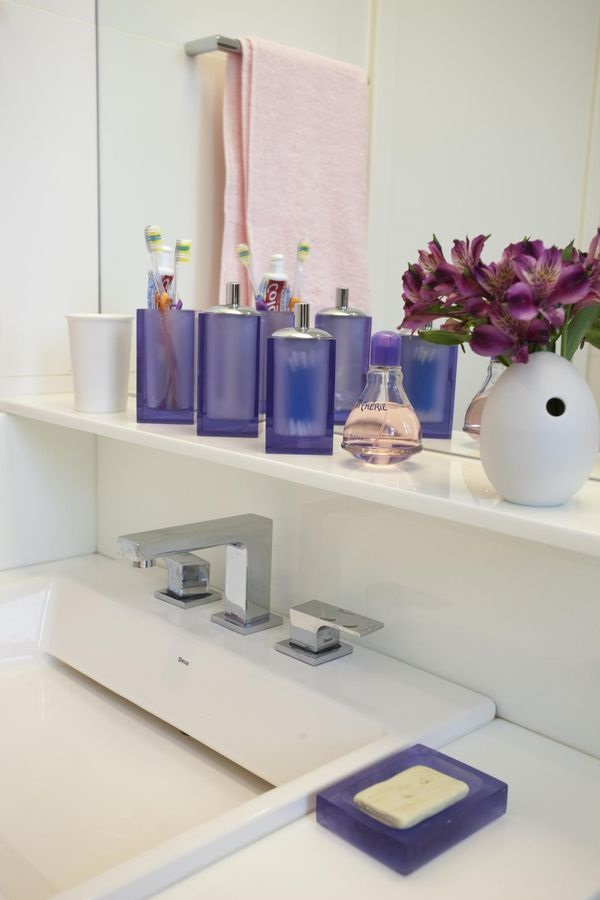 Utilize vidros como enfeites para pia de banheiro