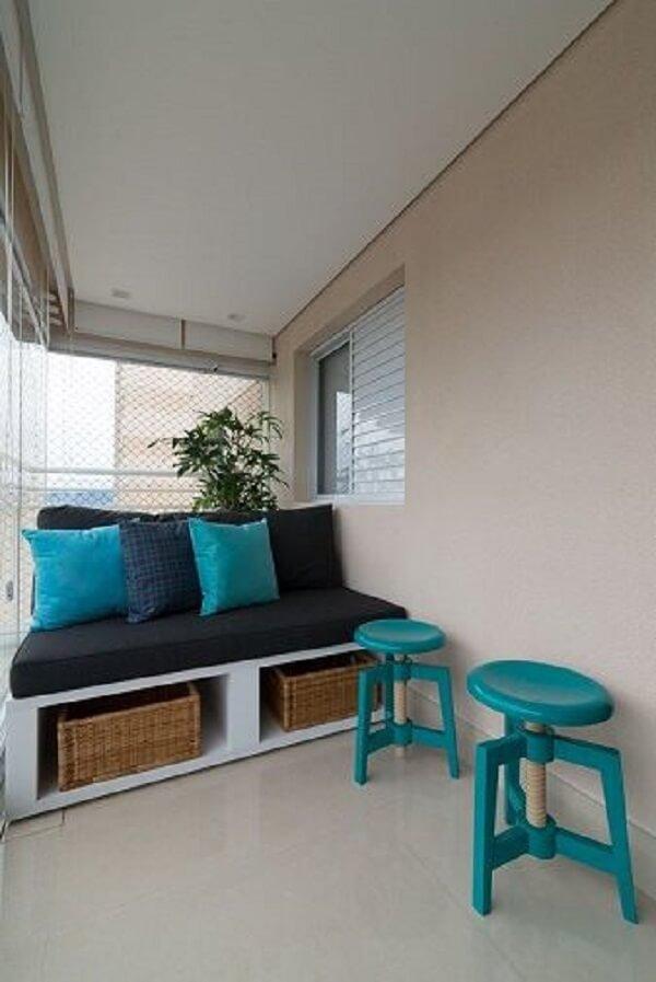 Varanda super aconchegante com almofadas e bancos na cor azul turquesa