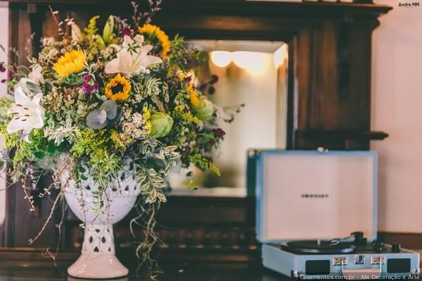 Vitrola e arranjo com flores fazem parte da decoração vintage