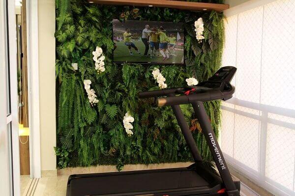 Academia em casa com jardim vertical