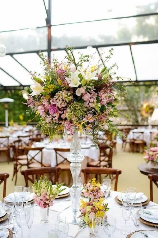 arranjo de flores para festa de casamento ao ar livre Foto Pinosy