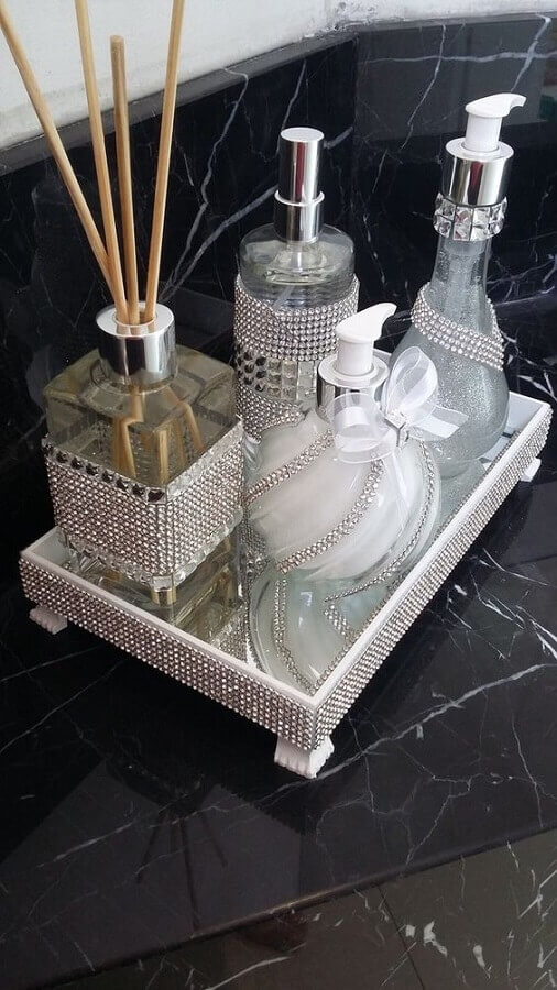 bandeja espelhada para lavabo com bancada em mármore preto Foto Pinterest