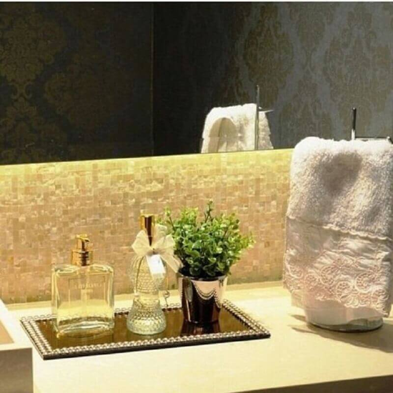 bandeja espelhada para lavabo decorado com pastilhas e papel de parede Foto Casoca