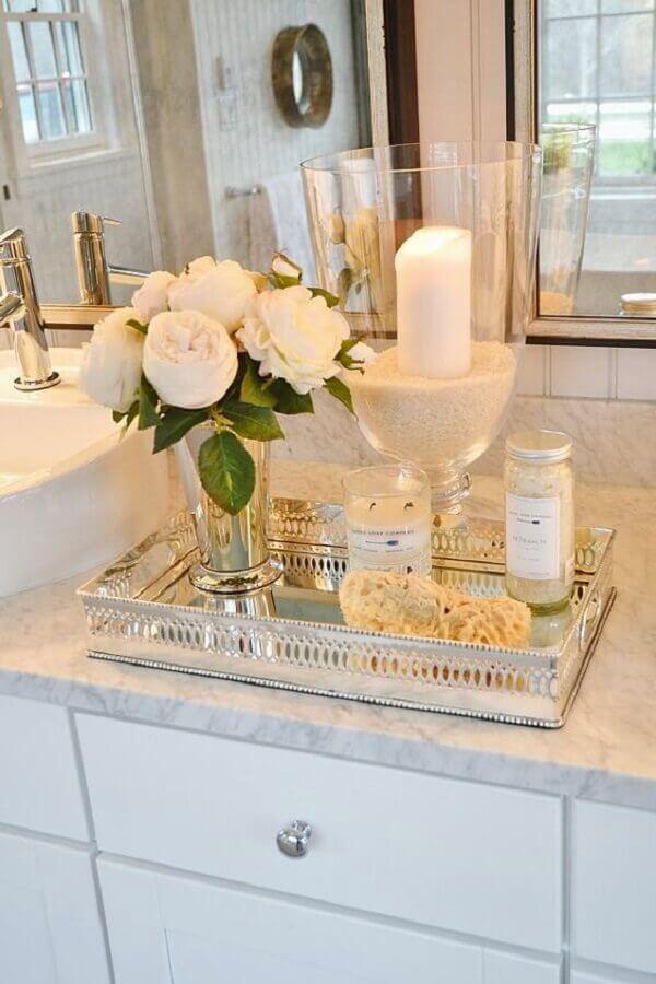 bandeja espelhada para lavabo decorado em tons neutros com arranjo de rosas brancas Foto Visita Vinces