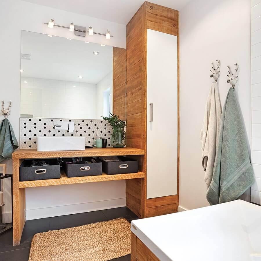 banheiro masculino decorado com piso cinza e bancada de madeira Foto Je Décore