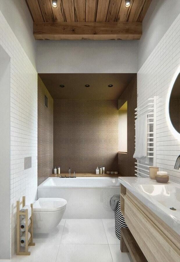 banheiro masculino todo branco decorado com detalhes de madeira e banheira pequena Foto Galeriadestil