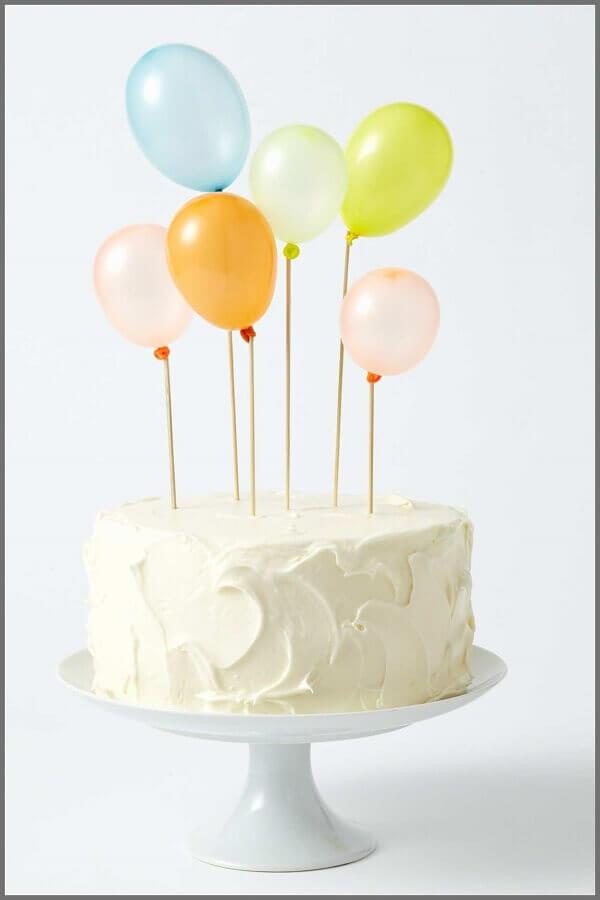 bolo de aniversário decorado com balões coloridos no topo  Foto Art Craft Ideas