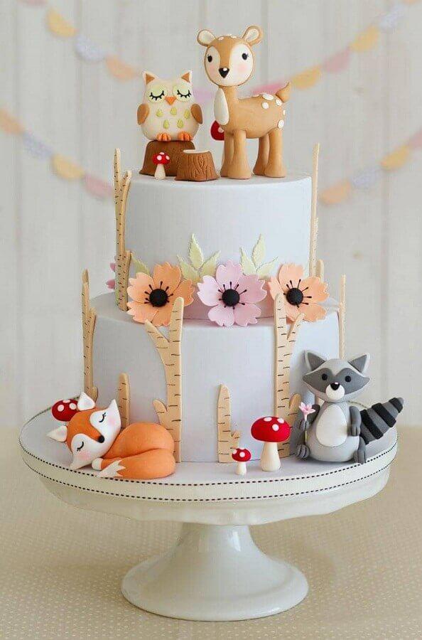 bolo de aniversário decorado com pasta americana com tema animaizinhos da floresta Foto The Cuddl
