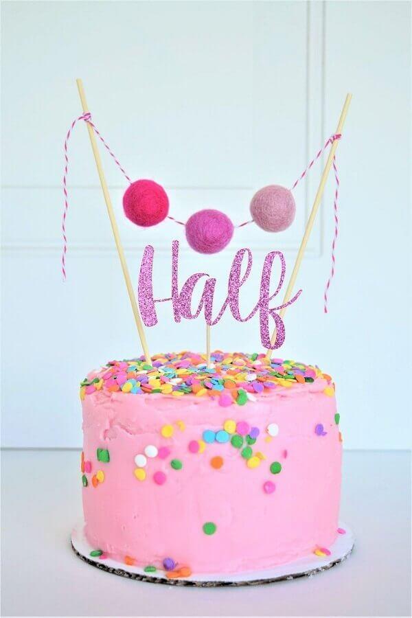 bolo de aniversário decorado cor de rosa com confetes coloridos  Foto Cakes Ideas