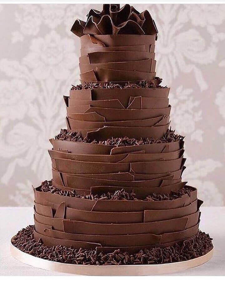 bolo de chocolate decorado 4 andares com muita raspa de chocolate  Foto Pinterest