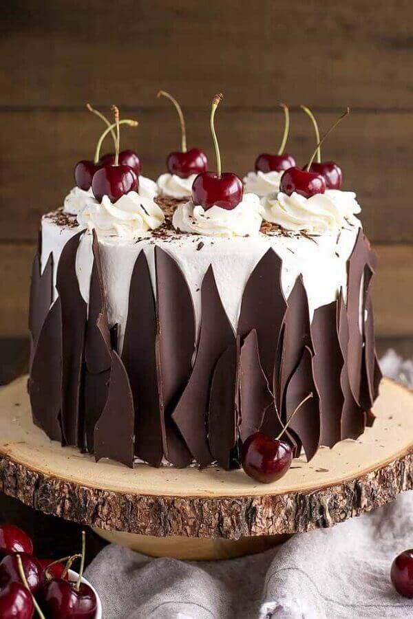 bolo de chocolate decorado com chantilly e cerejas  Foto Food Porn Diary