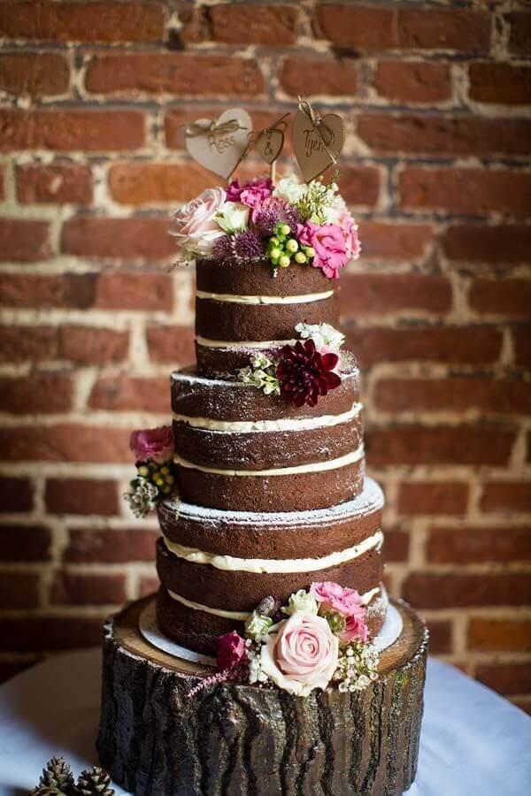 bolo de chocolate decorado com flores rosa  Foto Pinosy