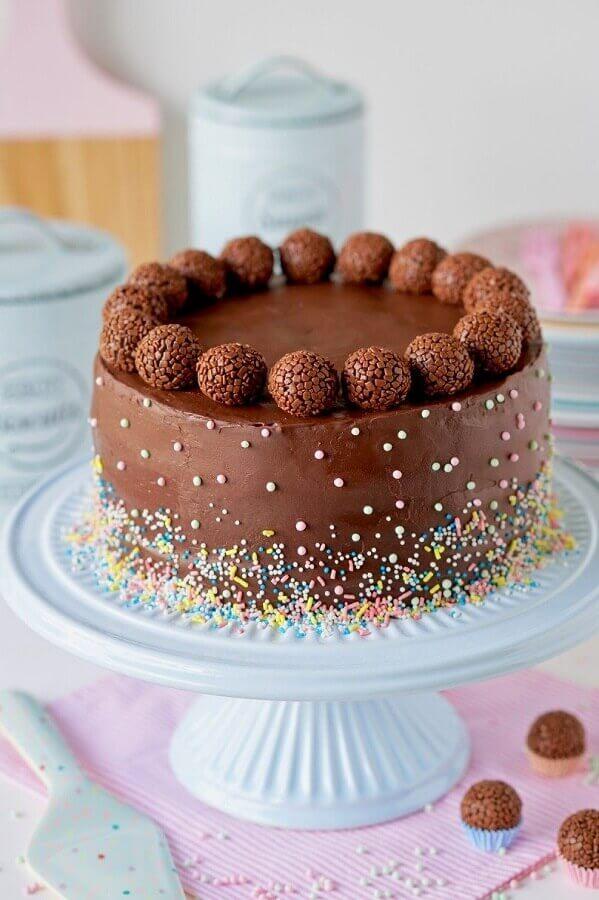 bolo de chocolate decorado com granulado colorido e bolinhas de brigadeiro  Foto Pinterest