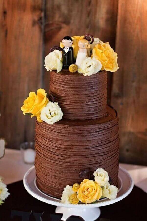 bolo de chocolate decorado com rosas brancas e amarelas para festa de casamento  Foto Air Freshener