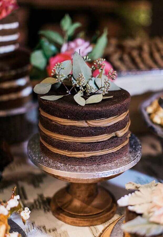 bolo de chocolate decorado simples com folhagens no topo Foto Vestidos de Novia