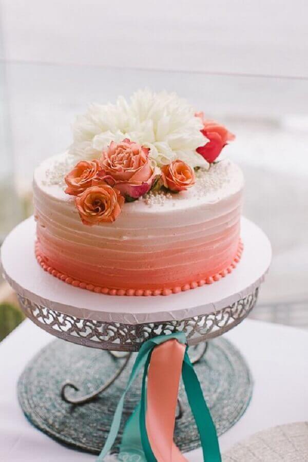 bolo decorado com flores brancas e salmão Foto Cake Inspiration