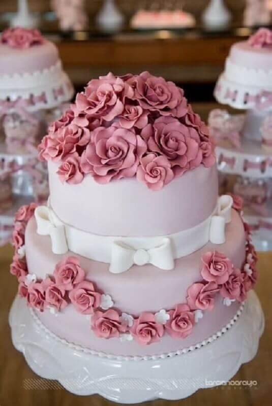 bolo decorado com flores de pasta americana Foto Weddi