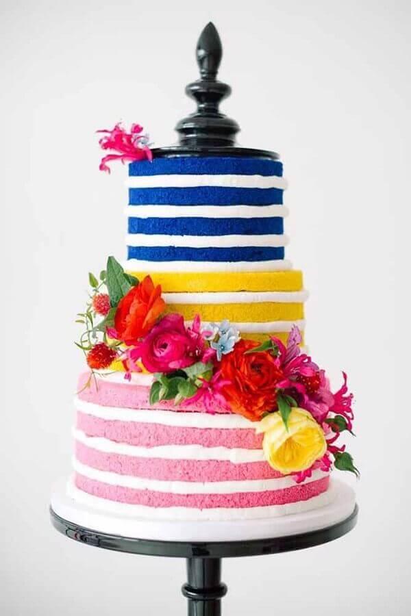 bolo decorado com flores e com massa colorida  Foto HoneyBrides