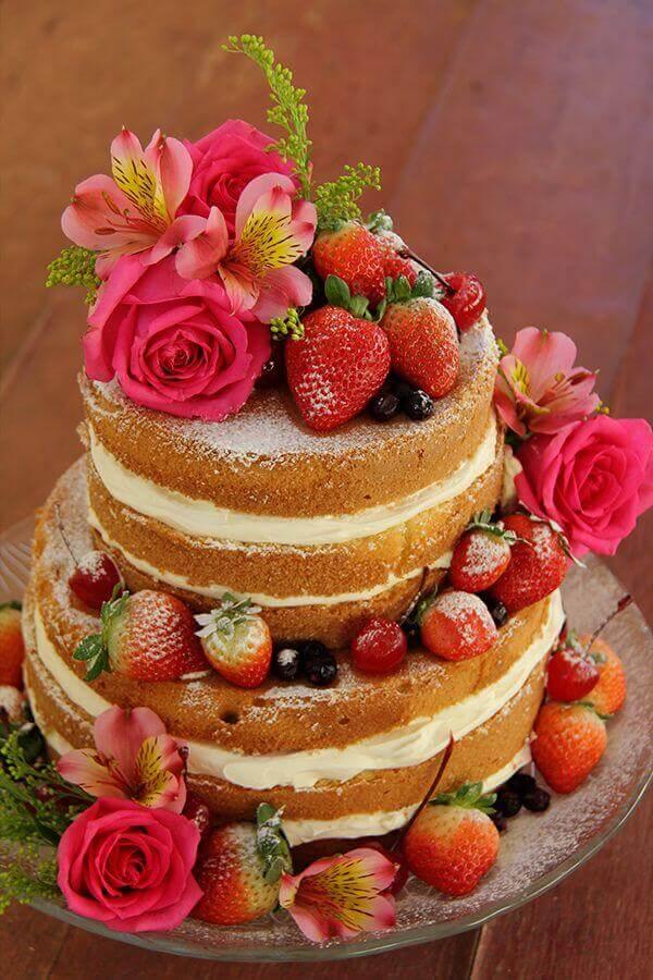 bolo decorado com flores e morangos estilo naked cake Foto Pinosy