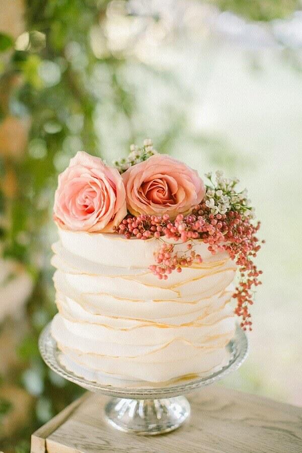 bolo decorado com flores para casamento simples  Foto Style Me Pretty