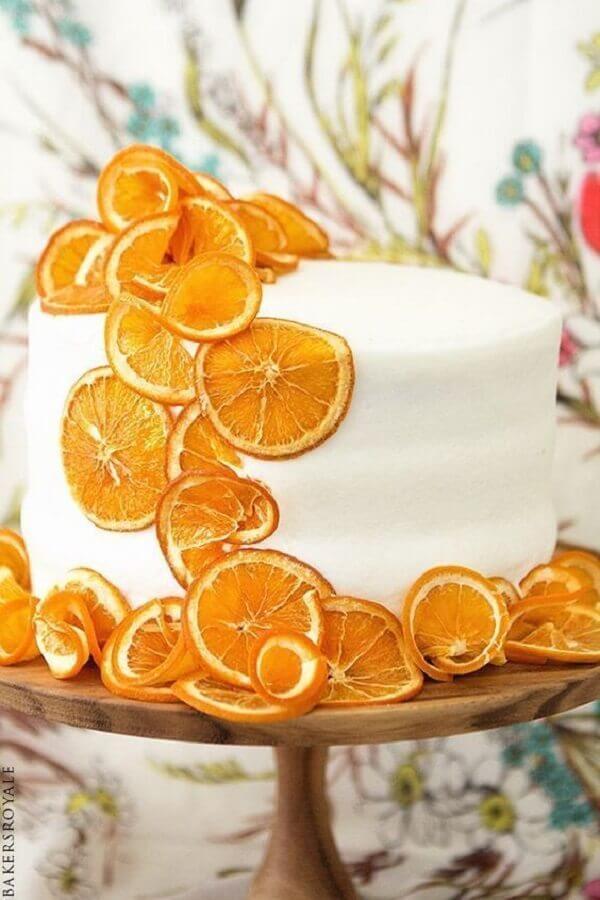 bolo decorado com frutas amarelas  Foto Pinosy