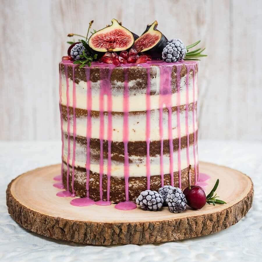 bolo decorado com frutas e calda cor de rosa  Foto PS do Vidro