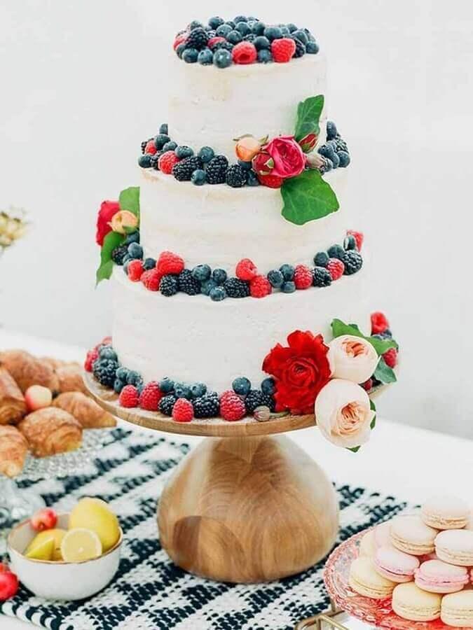 bolo decorado com frutas e flores 3 andares para festa de casamento  Foto Pinterest