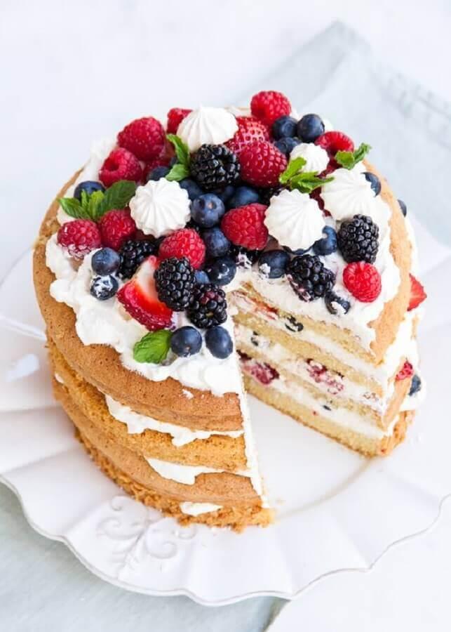 bolo decorado com frutas vermelhas e chantilly Foto The Cake Blog