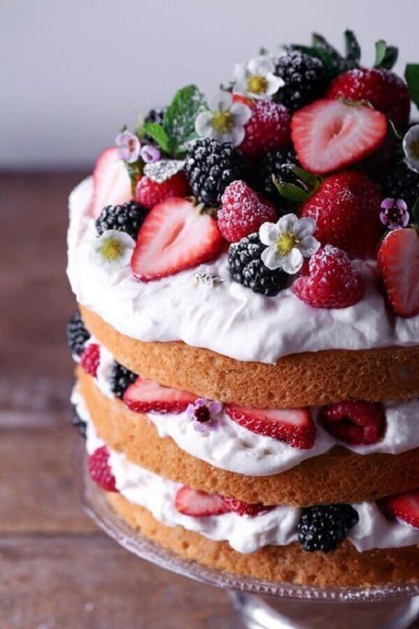 bolo decorado com frutas vermelhas e pequenas flores brancas estilo naked cake  Foto Pinterest