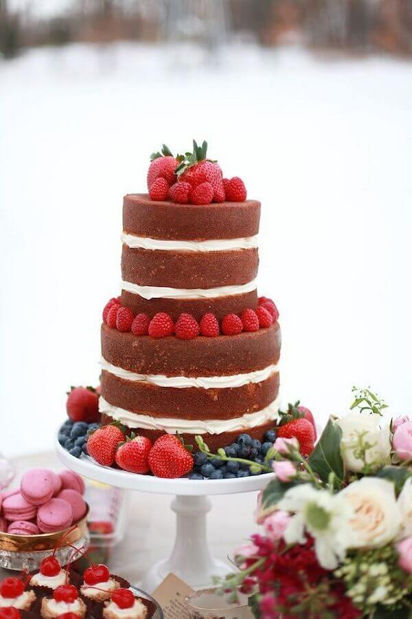 bolo decorado com morango e massa de chocolate  Foto Burnett's Boards