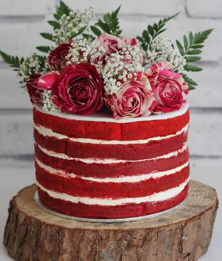 bolo decorado red velvet com rosas vermelhas no topo  Foto Pinosy
