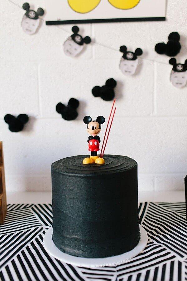 bolo decorado simples todo preto com Mickey no topo Foto Air Freshener