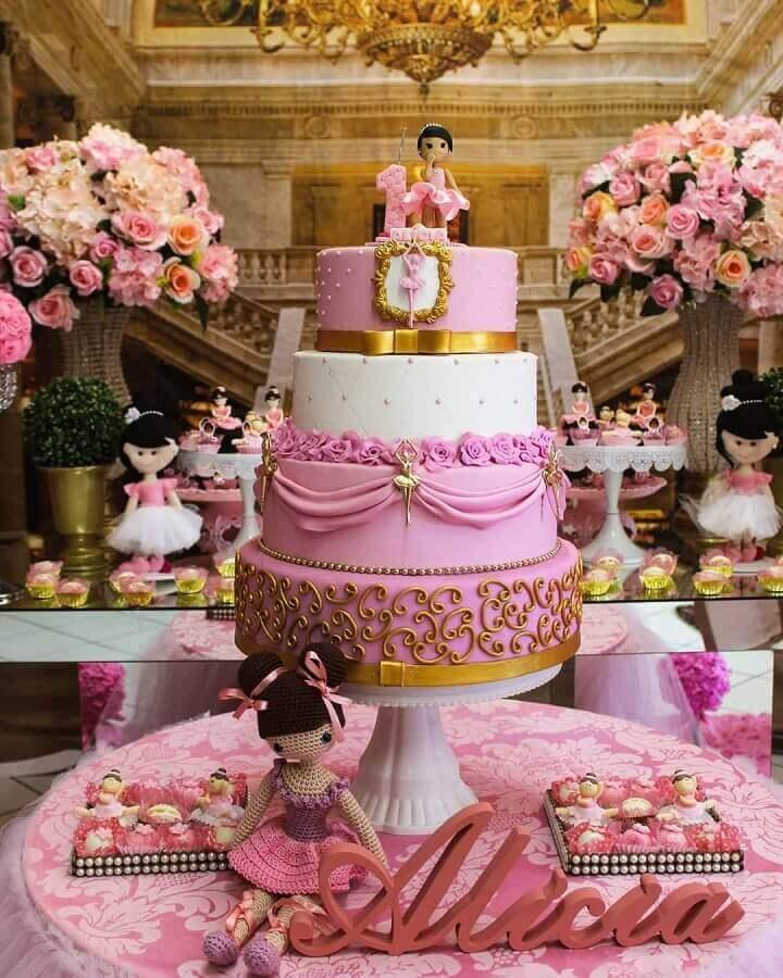 bolo para festa bailarina decorada em rosa e dourado Foto Tainara
