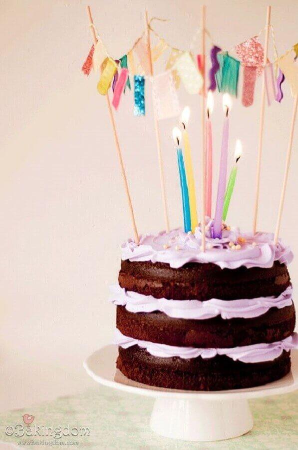 bolo simples decorado com velas coloridas no topo  Foto Happy Shappy