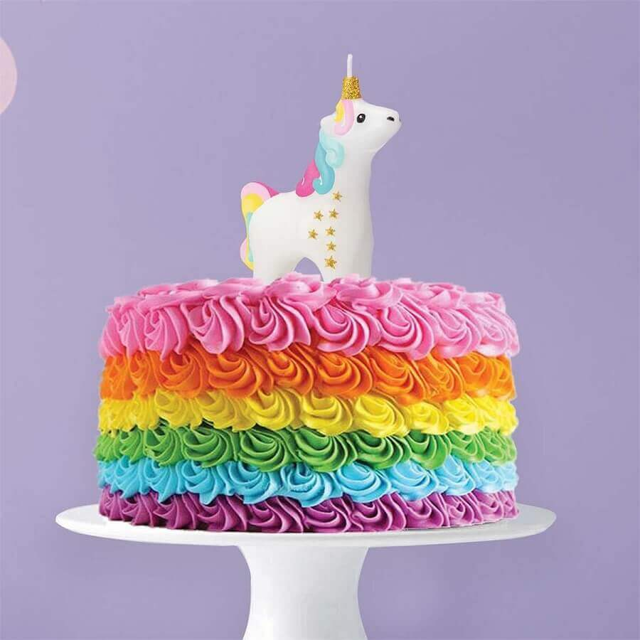 e610adf37 bolos decorados com chantilly colorido e com vela de unicórnio Foto The  Unicorn Store