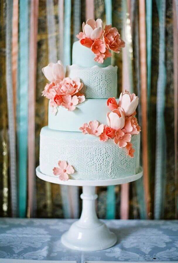 bolos decorados com pasta americana com desenhos de renda e flores na cor salmão  Foto Pinterest
